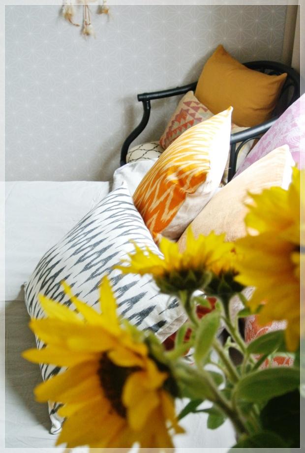 Värikäs makuuhuone, bedroom, sisustus, tyynyt, boheme interior, home decor